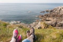 脚休息在远足以后的,岩石海岸, Mallin头,爱尔兰 图库摄影