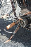 脚凳和脚蹬起动葡萄酒摩托车 免版税库存图片
