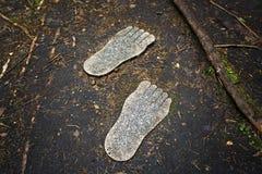 脚印刷品从花岗岩的 库存照片