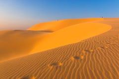 脚印和沙子样式在白色沙丘在美奈,藩切,平顺省,越南 免版税库存照片