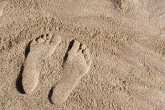 脚印沙子 库存照片
