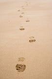 脚印线路在沙子的 免版税库存图片