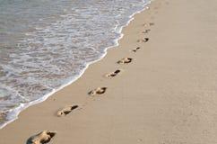 脚印线路在海滩的 库存照片