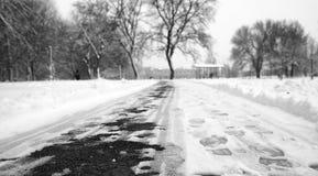脚印雪时间冬天 在第一雪的脚印 印  免版税库存照片