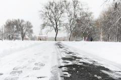 脚印雪时间冬天 在第一雪的脚印 版本记录  库存图片