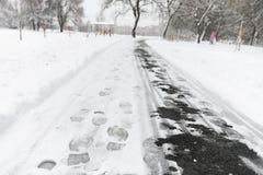 脚印雪时间冬天 在第一雪的脚印 版本记录  免版税库存照片