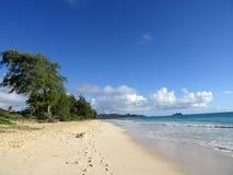 脚在沙子打印在Waimanalo海滩 免版税库存照片