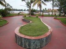 脚在湖边公园的被塑造的设计 免版税库存图片