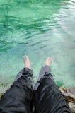 脚在鲜绿色水池中热带水淹没了在Krabi, Thail 库存照片