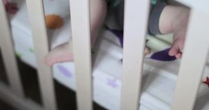 脚小儿床的男婴 影视素材