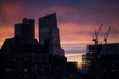 脚手架剪影在以前建造场所夜间或日落时间的 空的工作者 编译建设中 库存照片