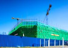脚手架和模板在操刀绿色的设施大厦 免版税库存照片