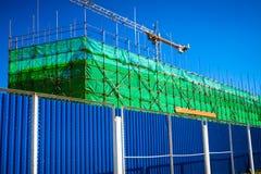 脚手架和模板在操刀绿色的设施大厦 库存图片