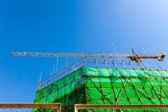 脚手架和模板在操刀绿色的设施大厦 库存照片