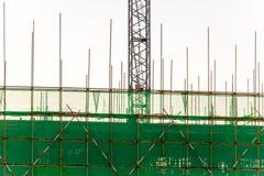 脚手架和模板在操刀绿色的设施大厦 免版税库存图片