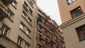 脚手架概念修理建筑 工作者进行修理对大厦的门面 工作者进行修理对 股票视频
