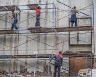 脚手架的工作者 建造场所的工作者 俄国 圣彼德堡 夏天2017年 免版税库存照片