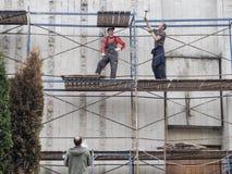 脚手架的工作者 建造场所的工作者 俄国 圣彼德堡 夏天2017年 图库摄影