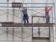脚手架的工作者 建造场所的工作者 俄国 圣彼德堡 夏天2017年 库存照片