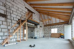 脚手架的梯子、零件和在地板上的建筑材料在改造期间,整修,引伸 图库摄影