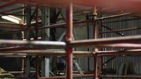 脚手架被安装在建造场所机架焦点 股票视频
