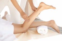 脚按摩。得到温泉治疗的一个少妇的特写镜头。 免版税库存照片