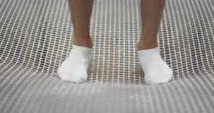 脚特写镜头在白色袜子的在绷床栅格和摇摆跳跃在慢动作 讲话起点  股票视频