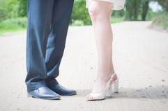 脚男人和妇女、新娘和新郎接近沙子 免版税库存图片