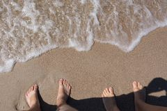 脚的看法在海海滩的 免版税库存图片
