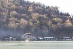 脚的议院在一个冻山湖 免版税库存图片
