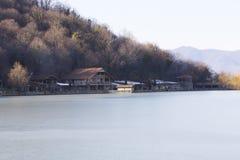 脚的议院在一个冻山湖 免版税库存照片