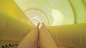 脚看法在水滑道的 场面 乘坐在幻灯片下在waterpark手段 有黄色乐趣的妇女滑水滑道 股票视频