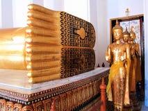 脚看法斜倚菩萨雕象,显示泰国古老宇宙 库存图片