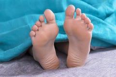 脚被子在床上的早晨醒从长沙发起来 库存图片
