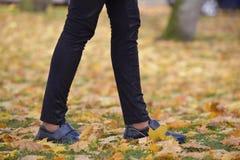 脚走本质上的鞋子 免版税库存照片