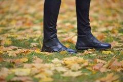 脚走本质上的鞋子 库存图片