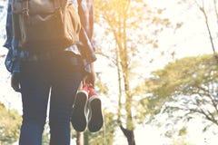 脚走的妇女在公园和在度假放松时间 图库摄影