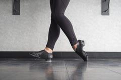 脚趾在轻拍鞋子的脚跟立场在舞蹈课期间 库存照片