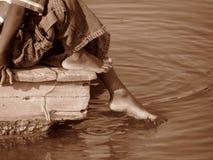 脚趾在水中 库存图片