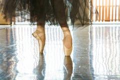 脚趾的芭蕾舞女演员在pointes 免版税库存照片