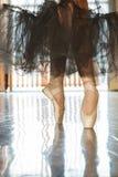 脚趾的芭蕾舞女演员在pointes 库存图片