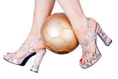 脚跟高使用的足球妇女 库存照片
