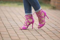 脚跟高桃红色鞋子 免版税库存照片