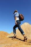 脚跟高步行的妇女 免版税库存图片