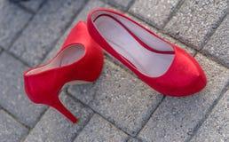 脚跟高红色鞋子 库存图片