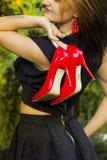 脚跟高红色鞋子 免版税库存照片