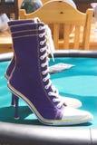 脚跟高运动鞋 库存图片