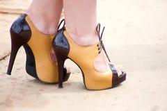 脚跟高鞋子黄色 免版税库存图片