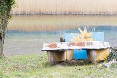 脚蹬小船和放弃在湖 库存图片
