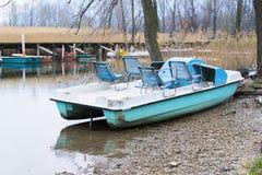 脚蹬小船和放弃在湖 免版税库存图片
